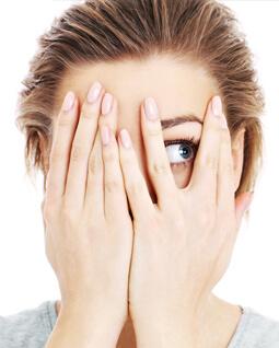 zdjęcie kobiety zasłaniającej twarz
