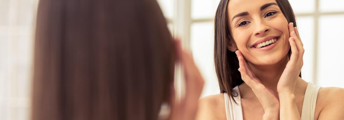 zdjęcie kobiety przed lustrem